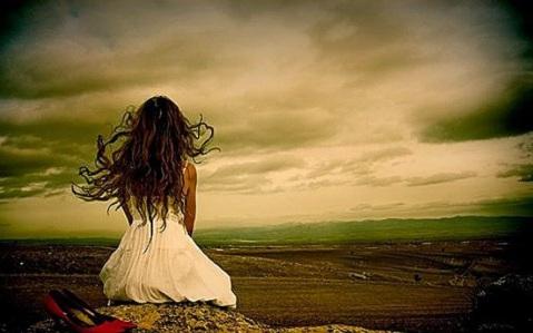 girl-in-misery-sad-alone-upset-sitting-image-pic-1000x623